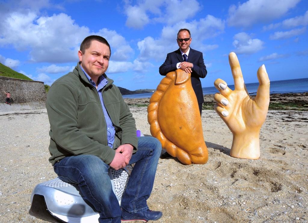 Sculptor Kamil Waniowski with SWIG's John Peters